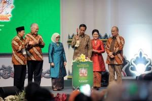 President Jokowi, accompanied by First Lady Ibu Iriana Joko Widodo, opens the 2017 Inacraft Exhibition, at Assembly 1 Jakarta Convention Center (JCC), Jakarta, Wednesday (26/4) morning (Photo: PR/Oji)