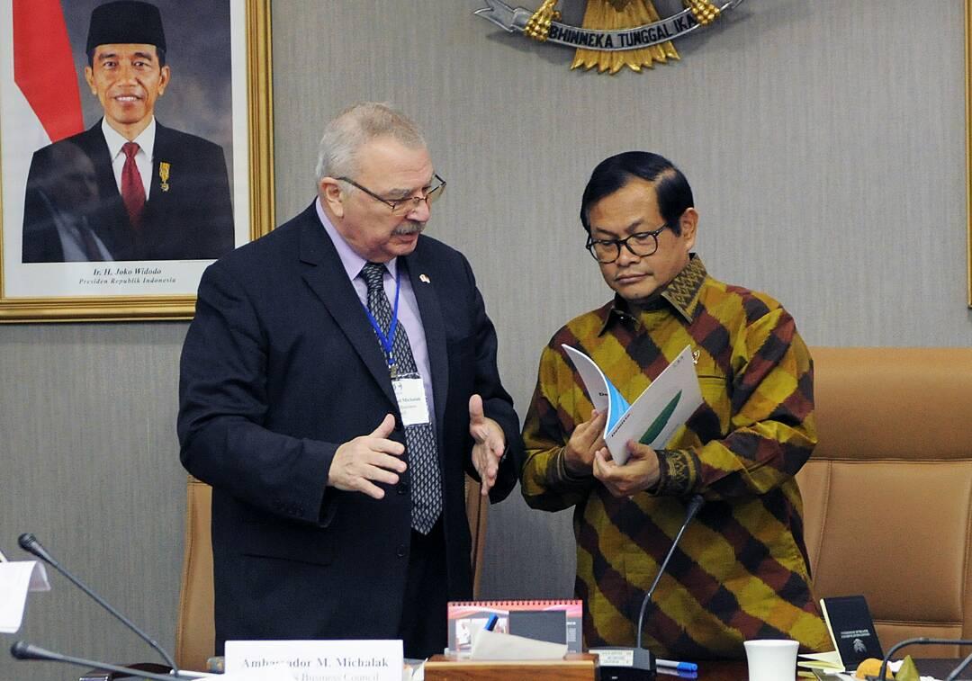 menerima Delegasi US ASEAN Business Council (USABC) yang dipimpin oleh Senior Vice President and Regional Managing Director for the US-ASEAN Business Council, Michael Walter Michalak, di Ruang Rapat Seskab, Jakarta, Kamis (27/4). (Foto: Humas/Agung)