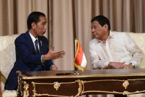 Presiden Jokowi bersama Presiden Filipina Rodrigo Roa Duterte, saat pertemuan bilateral kedua negara, di Istana Malacanang, Manila, Filipina, Jumat (28/4) sore waktu setempat. (Foto: Humas/Rahmat)