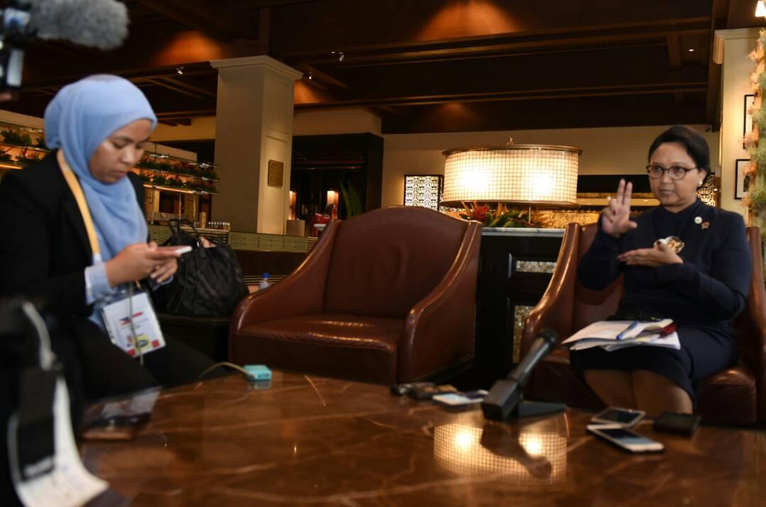 Menlu Retno menjawab pertanyaan wartawan di Sofitel Philippines Hotel, Manila, Jumat (28/4). (Foto: Humas/Rahmat)