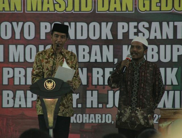 Presiden Jokowi saat meresmikan Masjid dan Gedung Sholawat KH. Surowijoyo Pondok Pesantren Singo Ludiro, Kecamatan Mojolaban, Kabupaten Sukoharjo, Jawa Tengah, Sabtu (8/4). (Foto: Humas/Fitri)