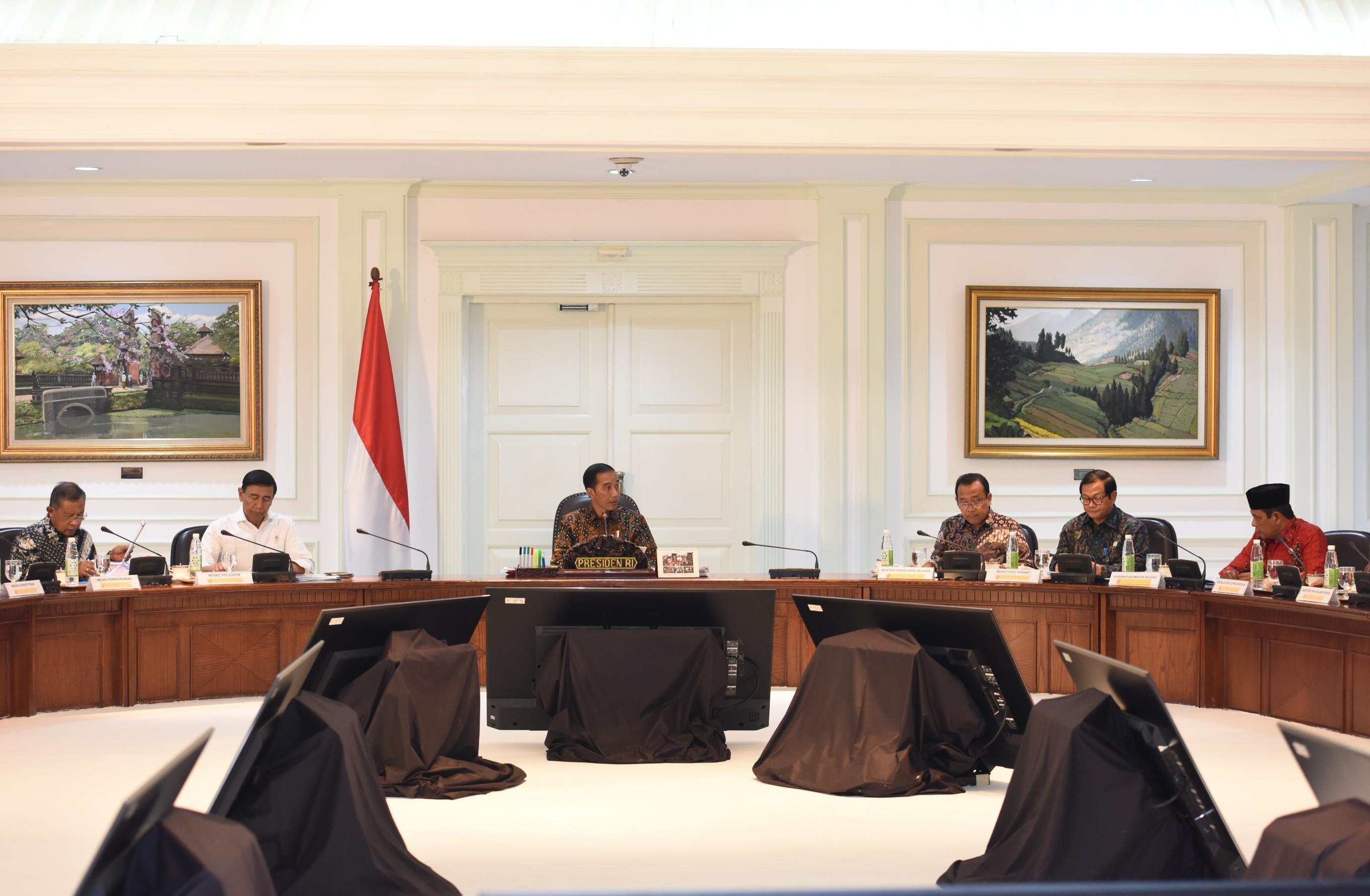 Presiden Jokowi Pimpin Rapat Terbatas Mengenai Evaluasi Pelaksanaan Proyek Strategis Nasional dan Program Prioritas Provinsi Kalimantan Selatan, di Kantor Presiden, Jakarta, Senin (10/4) . (Foto: Humas/Jay)
