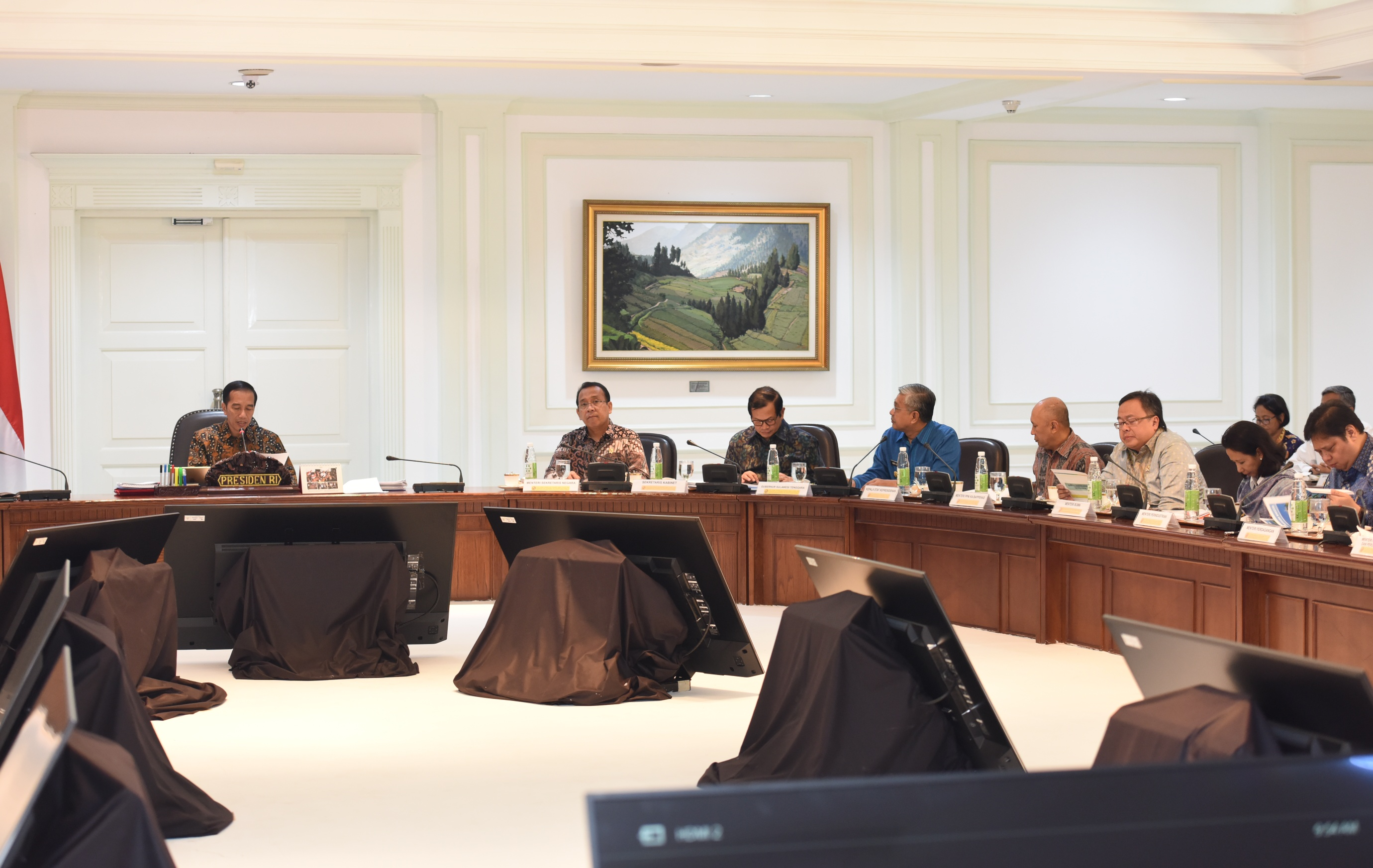 Presiden Jokowi saat memimpin Ratas Evaluasi Program Strategis Nasional dan Proyek Prioritas Provinsi Sultra di Kantor Presiden, Jakarta, Senin (10/4). (Foto: Humas/Jay)
