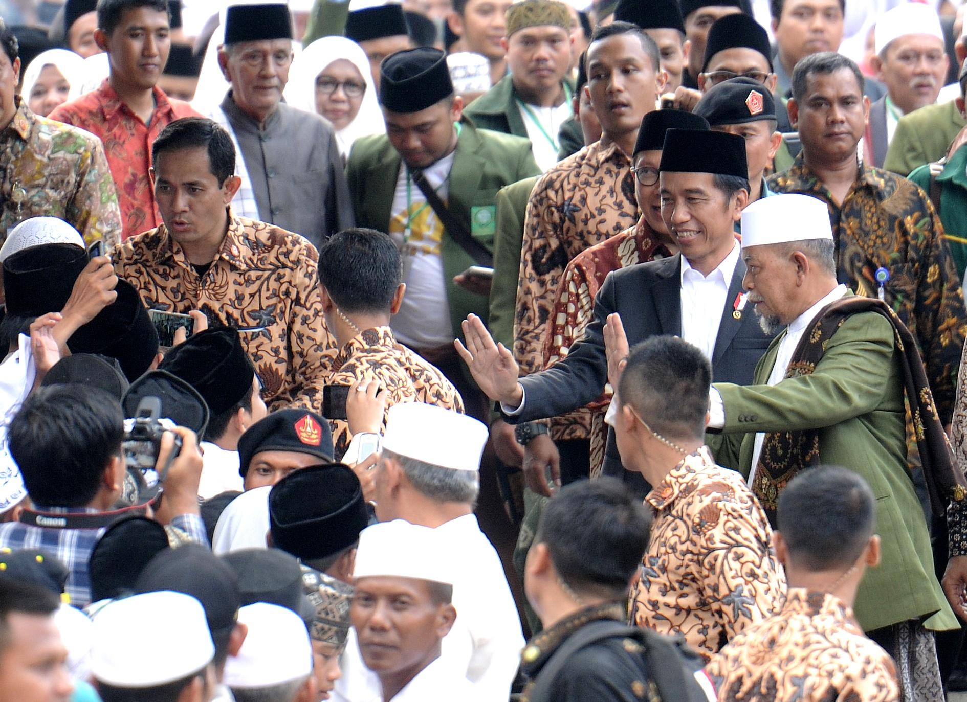 Presiden Jokowi menyapa masyarakat yang turut menghadiri peringatan Isra Mi'raj tahun 2017 di Pondok Pesantren Al Hikamussalafiyah, Cipulus, Kecamatan Wanayasa, Kabupaten Purwakarta, Jawa Barat, Selasa (25/4). (Foto: Humas/Agung)