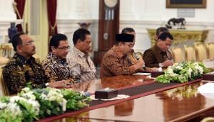 Ketua BPK dan rombongan yang turut hadir saat bertemu dengan Presiden Jokowi di Istana Merdeka, Jakarta, Senin (17/4). (Foto: Humas/Rahmat).