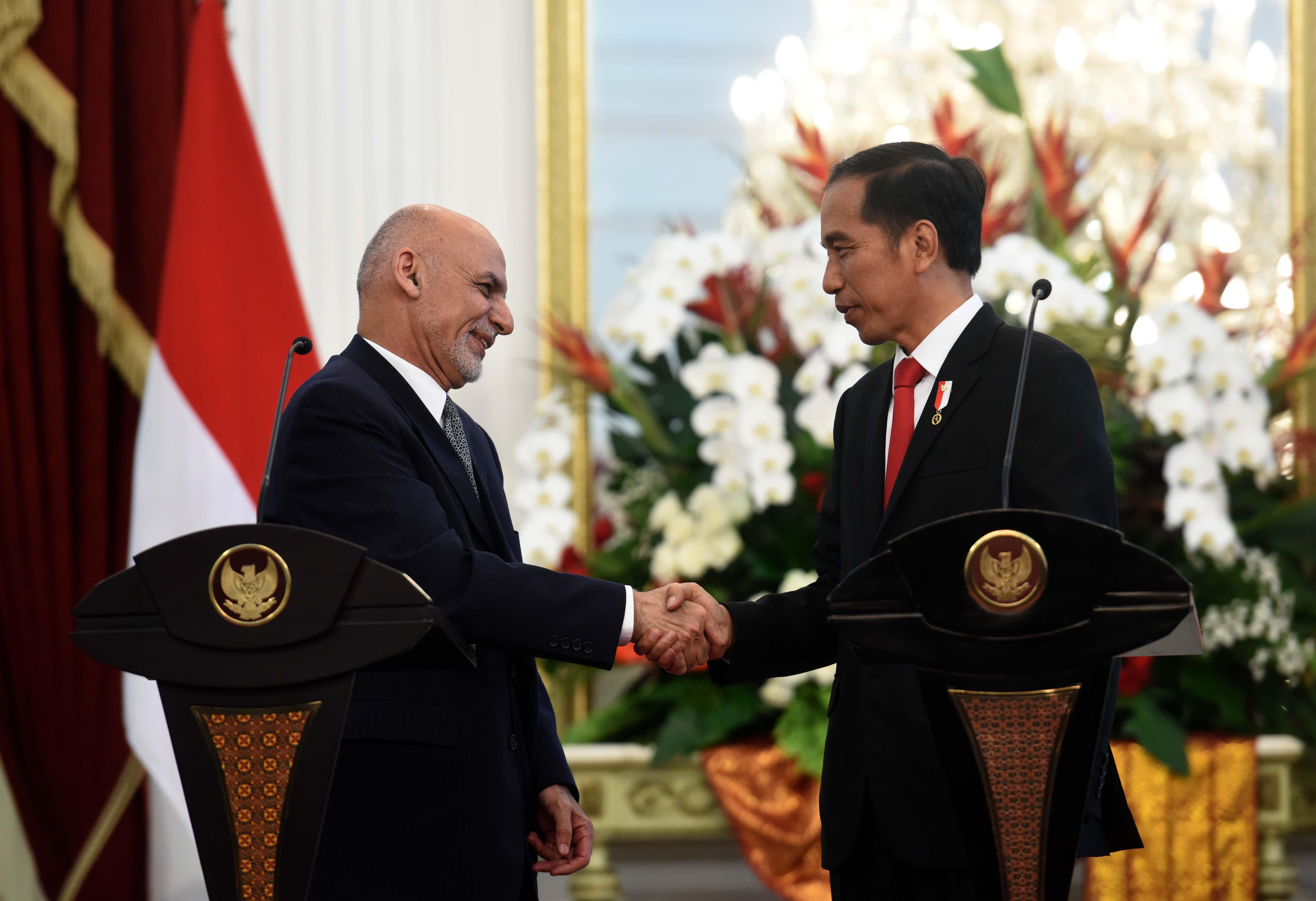 Presiden Jokowi bersalaman dengan Presiden Afghanistan Mohammad Ashraf Ghani, usai melakukan konperensi pers bersama, di Istana Merdeka, Jakarta, Rabu (5/4) sore. (Foto: JAY/Humas)