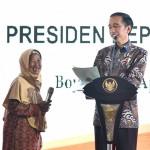 Presiden Jokowi bersama warga saat meluncurkan Kebijakan Pemerataan Ekonomi (KPE) dan Reforma Agraria di Alun-alun Kabupaten Boyolali, Provinsi Jawa Tengah, Jumat (21/4). (Foto:BPMI)