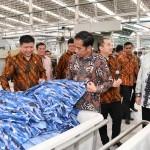 Presiden Jokowi saat meninjau pabrik PT Sri Rejeki Isman Tbk di Kabupaten Sukoharjo, Provinsi Jawa Tengah, Jumat (21/4). (Foto: BPMI Setpres/Laily)