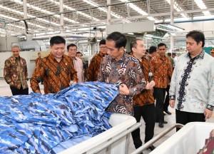 President Jokowi reviews PT Sri Rejeki Isman Tbk factory in Sukoharjo Regency, Central Java Province, Friday (21/4). (Photo: BPMI Setpres/Laily)