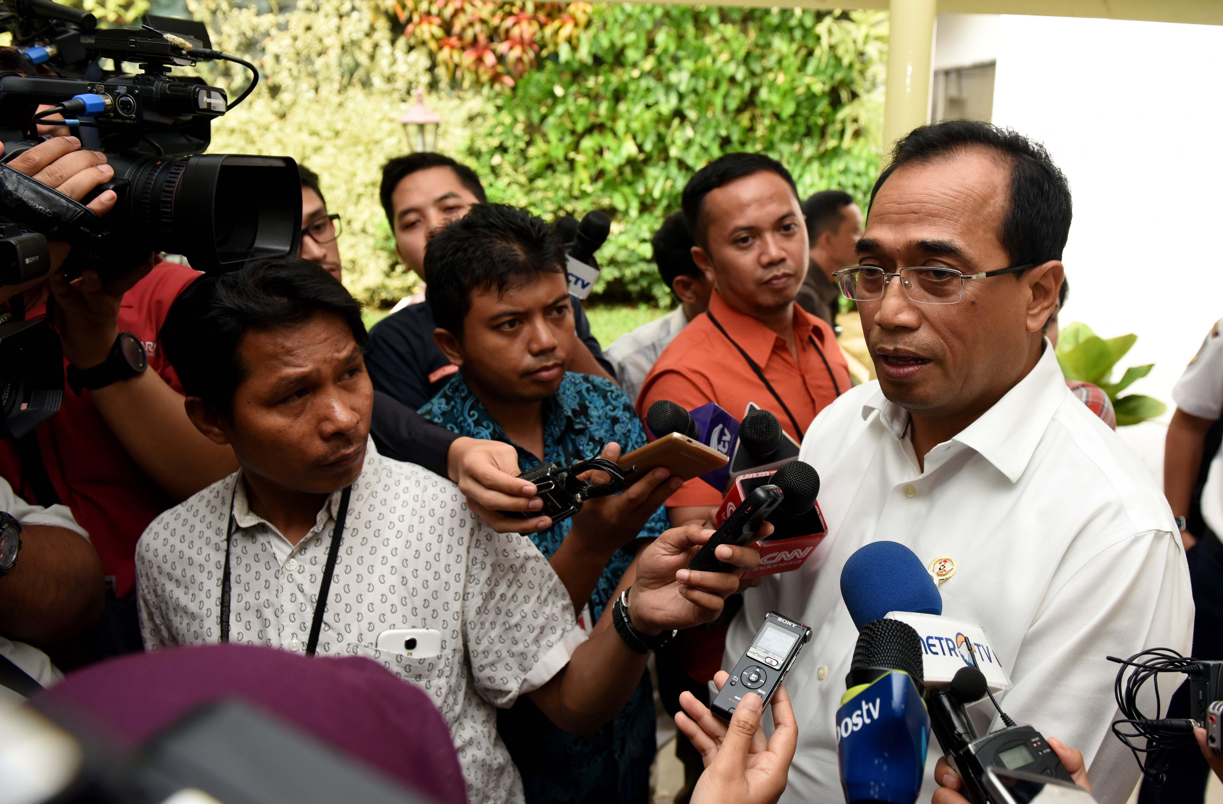 Menhub Budi K. Sumadi menjawab wartawan mengenai persiapan angkutan Lebaran usai mengikuti Ratas di Kantor Presiden, Jakarta, Senin (3/4) sore. (Foto: JAY/Humas)