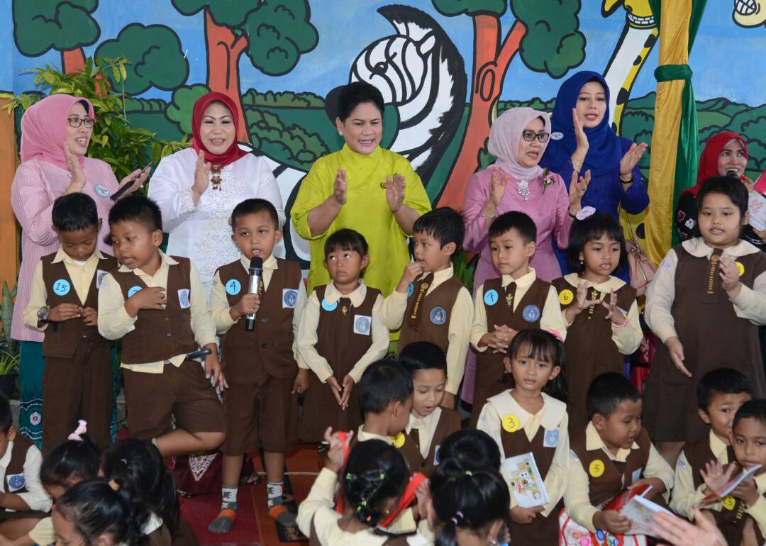 Ibu Negara Iriana didampingi Ibu Mufidah Jusuf Kalla mengajak bernyanyi sisa PAUD, di Banjarbaru, Kalsel, Selasa (25/4). (Foto: BPMI Setpres)