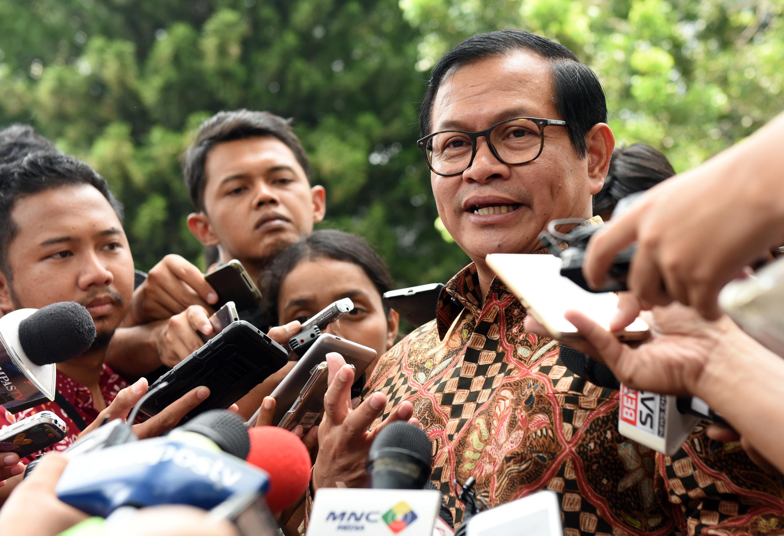 Seskab menjawab pertanyaan wartawan usai mendampingi Presiden Jokowi bertemu dengan BPK di Istana Negara, Jakarta, Senin (17/4). (Foto: Humas/Rahmat).