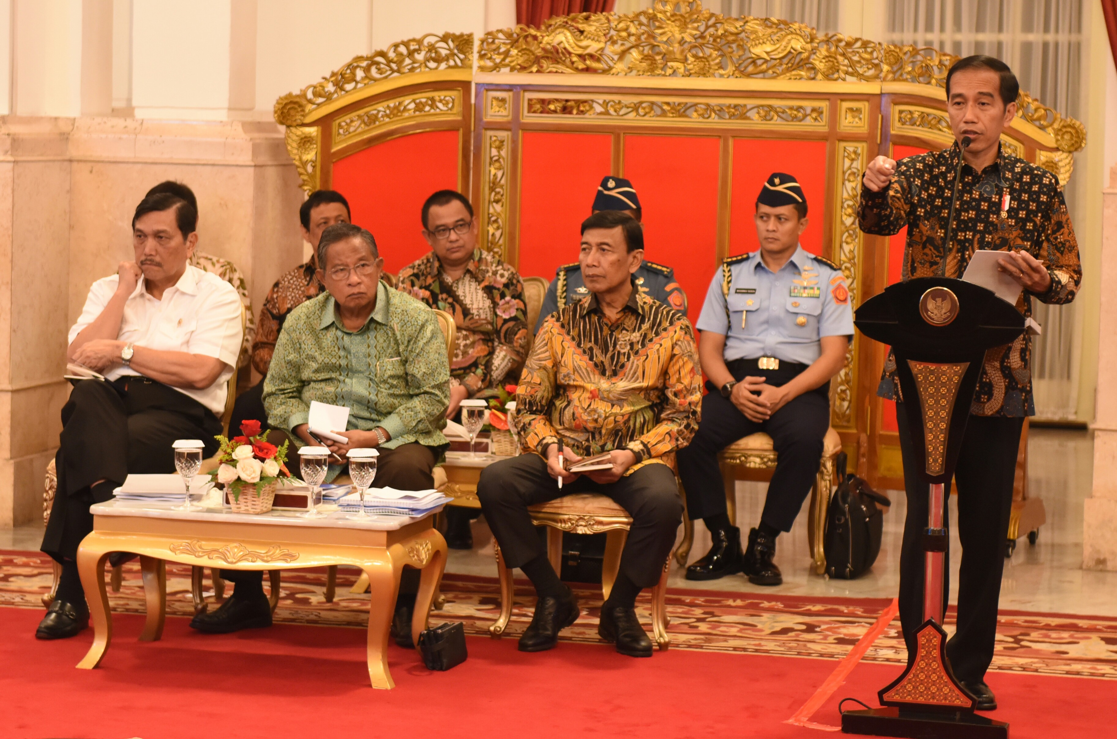 President Jokowi delivers an introductory remarks at a Plenary Cabinet Meeting, at the State Palace, Jakarta, Tuesday (4/4) (Photo: PR/Rahmat)