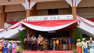 Presiden Jokowi meresmikan kembali Pasar Klewer, di Solo, Jumat (21/4) siang. Pasar ini sempat terbakar pada tahun 2014. (Foto: BPMI Setpres)