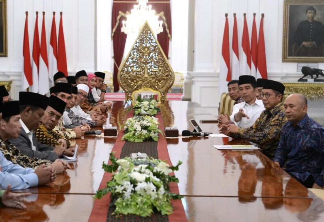 Presiden Jokowi bertemu dengan sejumlah ulama, di Istana Merdeka, Jakarta, Senin (17/4) sore. (Foto: Setpres)