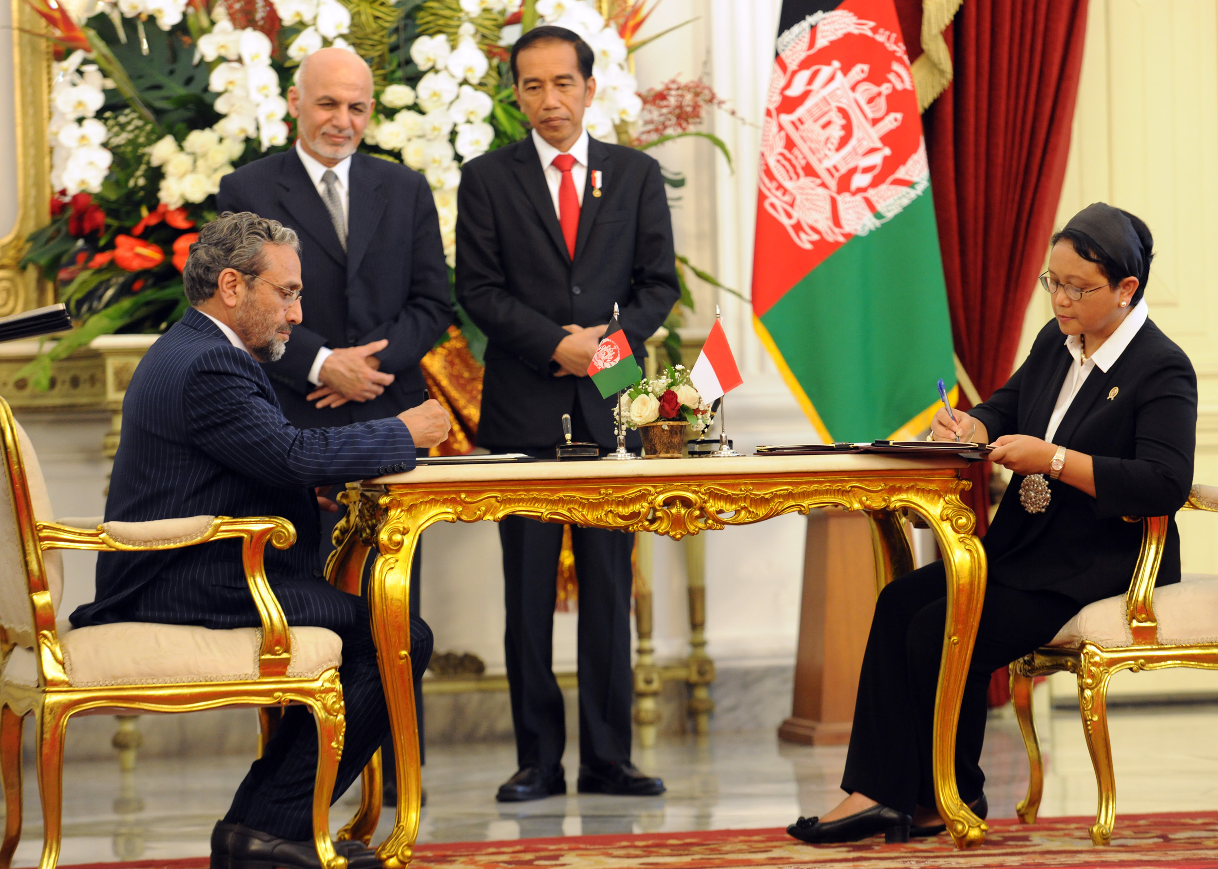 President Jokowi and President of Afghanistan Mohammad Ashraf Ghani witness the signing of MoU by Indonesian Minister of Foreign Affairs Retno Marsudi and Afghan Minister of Economy Abdul Sattar Murad, at the State Palace, Jakarta, Wednesday (5/4) (Photo: Rahmat/PR)