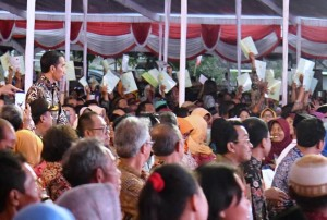Presiden Joko Widodo (Jokowi) meluncurkan Kebijakan Pemerataan Ekonomi dan Reforma Agraria, di Alun-alun Kabupaten Boyolali, Provinsi Jawa Tengah, Jumat (21/4). (Foto: Setpres BPMI)