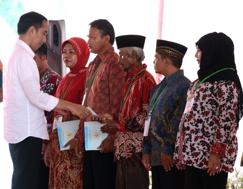 President Jokowi symbolically gives 1,989 land certificates at Lapangan Ranggajati, Sumber District, Cirebon Regency, Thursday (13/4). (Photo by: Public Relations Division/Agung)