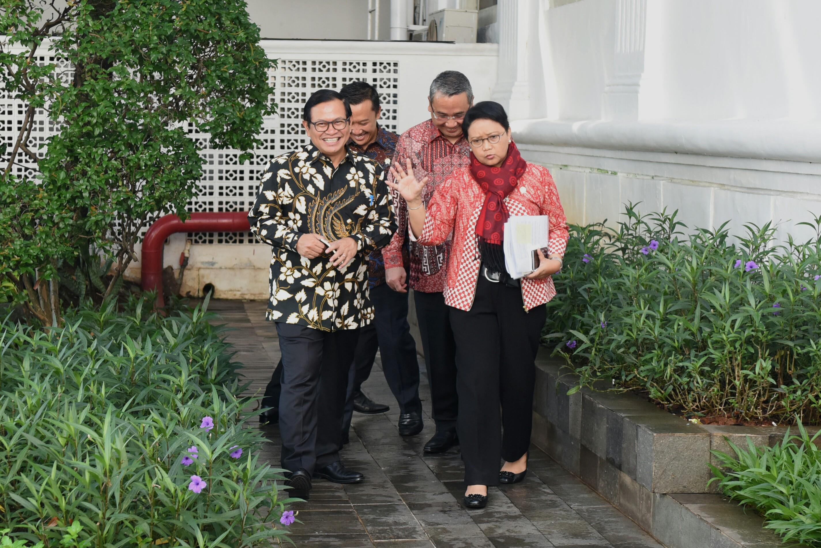 Seskab dan beberapa menteri berbincang sejenak sebelum mengikuti Sidang Kabinet Paripurna di sekitar Istana Kepresidenan, Jakarta (4/4). (Foto: Humas/Rahmat)
