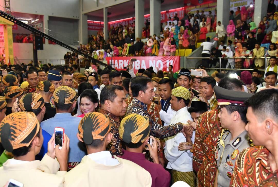Presiden Jokowi didampingi Ibu Negar Iriana menghadiri bahaya narkoba, pornografi dan kekerasan, di GOR Manahan, Solo, Jateng, Jumat (21/4) pagi. (Foto: BPMI Setpres)