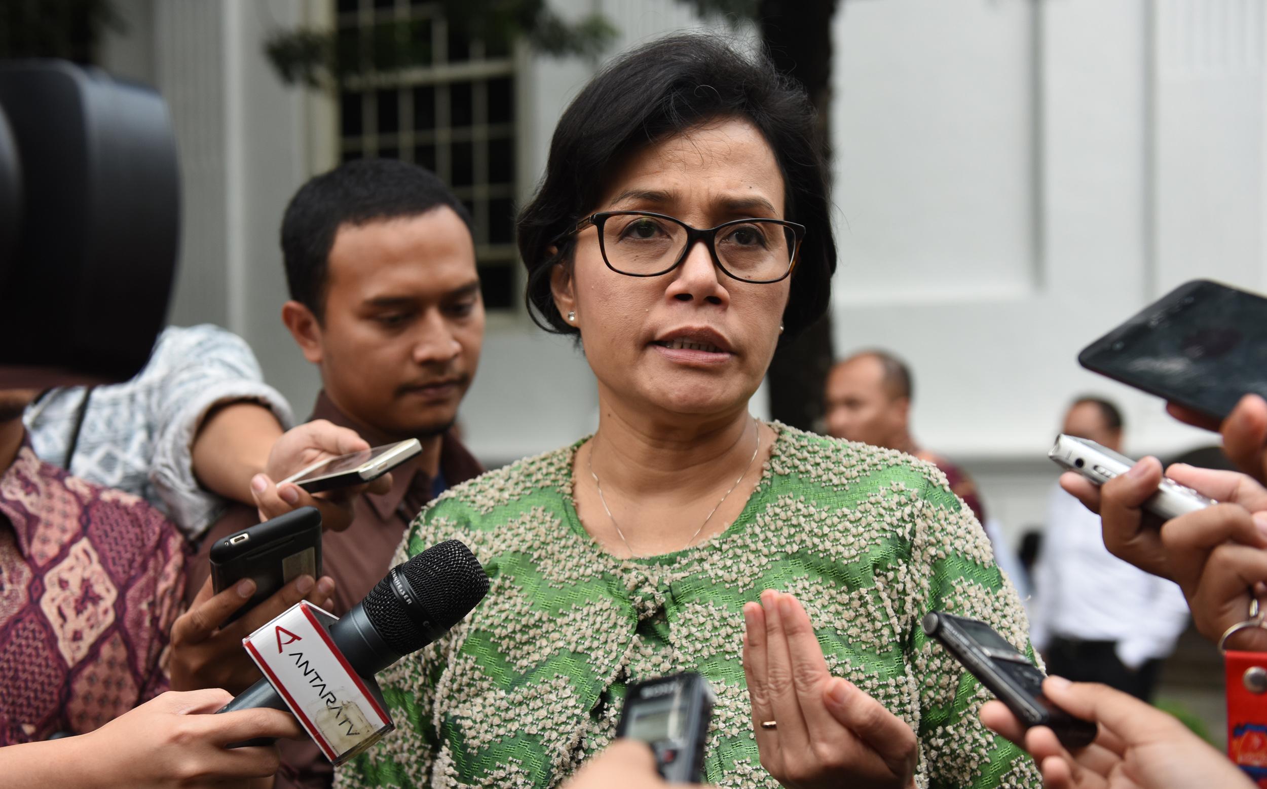 Menkeu Sri Mulyani Indrawati menjawab pertanyaan wartawan usai sidang kabinet paripurna, di Istana Negara, Jakarta, Selasa (4/4) sore. (Foto: Rahmat/Humas)