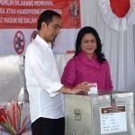 President Jokowi and Ibu Iriana Jokowi cast their votes in the Jakarta Runoff Election on Wednesday (19/4), at TPS IV Gambir. (Photo: BPMI)