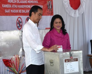 President Jokowi and Ibu Iriana Jokowi cast their votes in the Jakarta Runoff Election on Wednesday (19/4), at TPS IV Gambir. (Photo: BPMI)