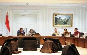 President Jokowi chairs a Limited Meeting on the evaluation of the implementation of Jambi Province program at the Presidential Office, Jakarta, Thursday (20/4). (Photo: PR/Jay)