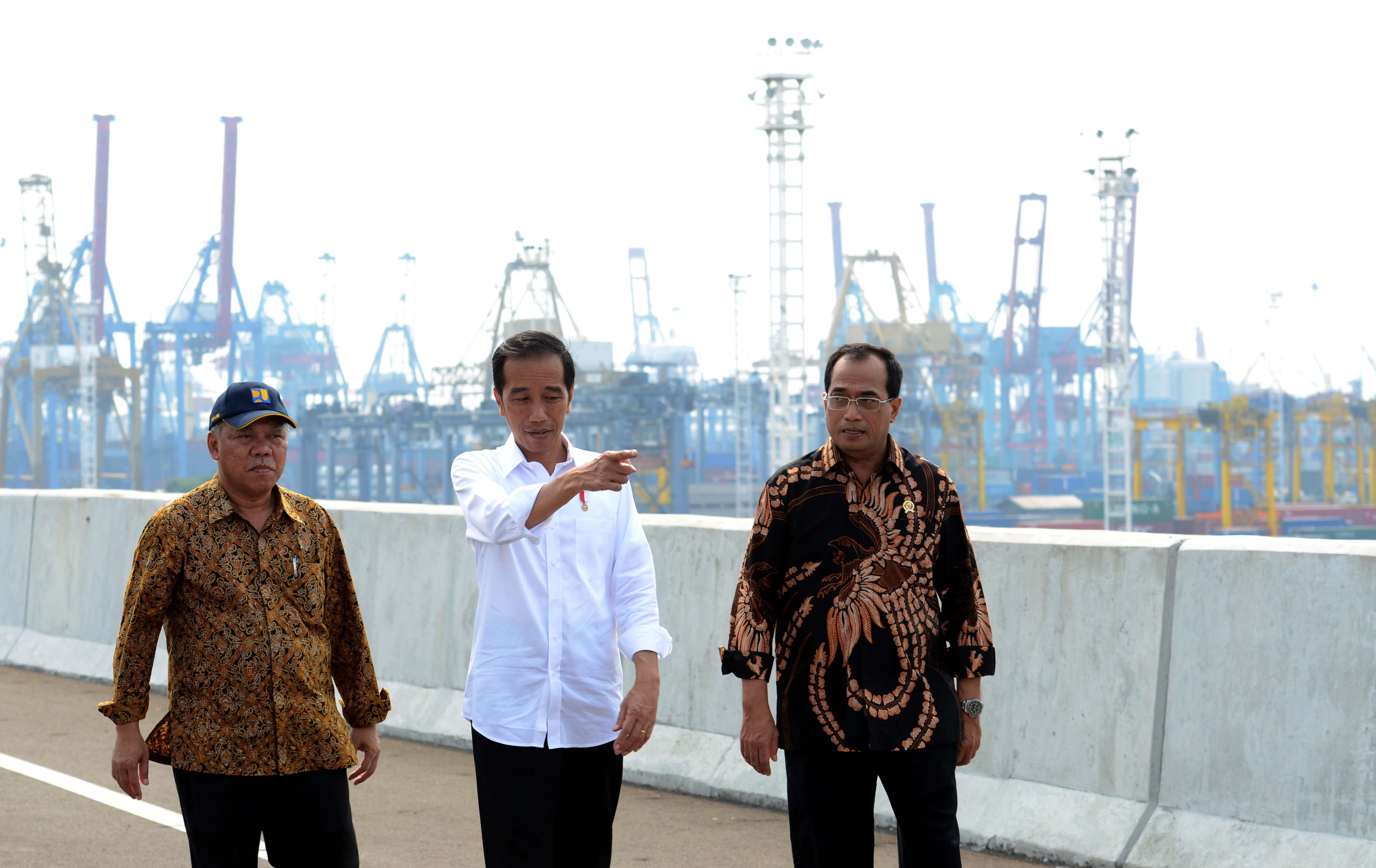 President Jokowi accompanied by Transportation Minister and Public Works and Public Housing Minister reviews Tanjung Priok Toll Road in Jakarta, Saturday (15/4). (Photo: PR/Jay)