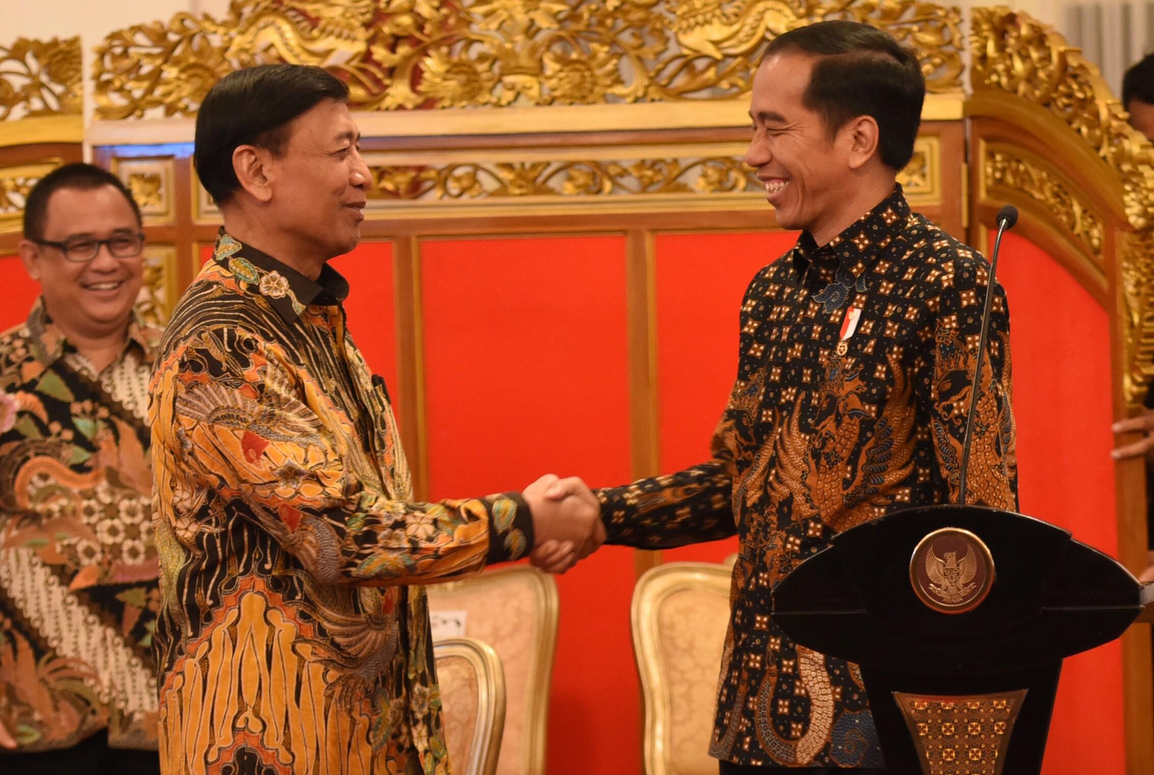 Presiden Jokowi memberi ucapan selamat ulang tahun kepada Menko Polhukam, Wiranto, sebelum pimpin Sidang Kabinet Paripurna di Istana Negara, Jakarta (4/4). (Foto: Humas/Rahmat)