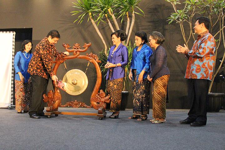 Menperin Airlangga Hartarto membuka pameran Adiwastra Nusantara 2017, di Jakarta Convention Center (JCC), Jakarta, Rabu (5/4). (Humas Kemenperin)