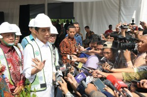 President Jokowi answers questions from reporters after the groundbreaking ceremony of the development of low-cost apartment block for low-income people in Urbantown-Lifvilles Serpong, South Tangerang, Banten, Thursday (27/4) (Photo by: Public Relations Division/Jay)