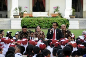 President Jokowi tells a story to the children in the National Book Day on Wednesday (17/5), in the Central Courtyard of Merdeka Palace, Jakarta