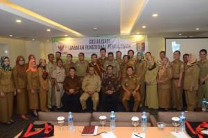 Deputi DKK Setkab berfoto bersama seluruh peserta Sosialisasi Jabatan Fungsional Penerjemah, di Swiss-Belhotel, Bandar Lampung, Selasa (16/5). (Foto: Humas/Dinda)