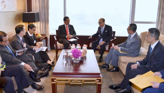 Presiden Jokowi saat bertemu Li Ka Sing di Hong Kong. (Foto: BPMI)