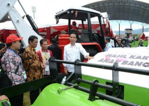 Presiden Jokowi saat meninjau Pekan Nasional Petani Nelayan ke-15 Tahun 2017 di Stadion Harapan Bangsa, Gampong Lhong Raya, Banda Aceh, Provinsi Aceh, Sabtu (6/5). (Foto: BPMI)