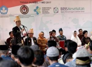Presiden Jokowi saat membagikan KIP, PKH, dan KIS, Desa Gunung Tinggi Kabupaten Tanah, Kalsel, Minggu (7/5). (Foto: Humas/Agung)