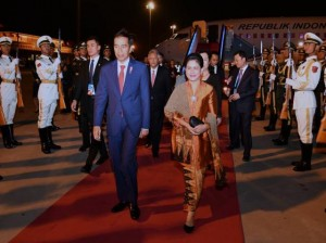 Presiden Jokowi dan Ibu Negara Iriana tiba di Beijing, RRT, Sabtu (13/5). (Foto: Humas/Deni)