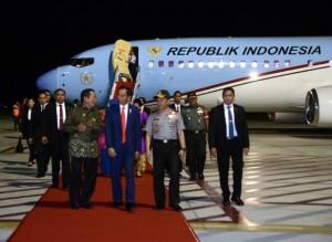 Presiden Jokowi saat tiba di Palu, Senin malam (15/5). (Foto: BPMI)