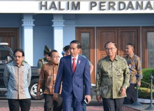 President Jokowi accompanied by several members of the Presidential Advisory Board (Wantimpres) and ministers in the Halim Perdanakusuma Air Force Base, Jakarta, on Wednesday (24/5)