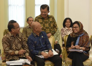 Vice President Jusuf Kalla talks with a number of ministers before a Plenary Cabinet Meeting on Monday (29/5), at the Bogor Presidential Palace