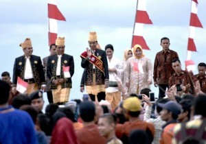 President Jokowi attends the peak event of Mappanretasi Marine Culture and Sea Offering Ceremony in Pagatan Beach, Tanah Bambu, South Kalimantan, on Sunday (7/5)