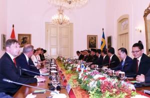 Presiden Jokowi memimpin delegasi Pemerintah RI dalam pertemuan bilateral dengan delegasi Pemerintah Swedia yang dipimpin Raja Carl XVI Gustaf, di Istana Bogor, Jabar, Senin (22/5) siang. (Foto: Nia/Humas)
