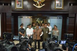 Menko Polhukam Wiranto mengumumkan keputusan pemerintah membubarkan Ormas HTI, di kantor Kemenko Polhukam, Jakarta, Senin (8/5) siang. (Foto: IST)
