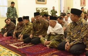 Presiden Jokowi didampingi Wapres Jusuf Kalla bersama peserta Sidang Kabinet Paripurna dalam acara Buka Puasa Bersama di Istana Kepresidenan Bogor, Jawa Barat, Senin (29/5). (Foto: Humas/Rahmat)