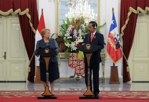 President Jokowi and President Veronica Michelle Bachelet of Chile held a joint press conference at the Presidential Palace, Jakarta, Friday (12/5). (Photo: PR/Jay)