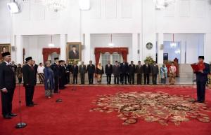 Presiden Joko Widodo (Jokowi) didampingi oleh Ibu Negara Iriana Joko Widodo melantik 6 (enam) Duta Besar LBBP Republik Indonesia untuk negara sahabat, di Istana Negara, Jakarta, Kamis (18/5). (Foto: Humas/Jay)