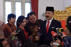 Dubes RI untuk Malaysia, Rusdi Kirana, menjawab pertanyaan wartawan usai acara pelantikan di Istana Negara, Jakarta, Kamis (18/5). (Foto: Humas/Jay).