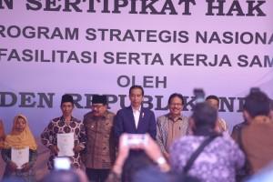Presiden Jokowi saat serahkan sertifikat di Lapangan Rampal, Kesatrian, Blimbing, Kota Malang, Jawa Timur, Rabu (24/5). (Foto: Humas/Anggun).