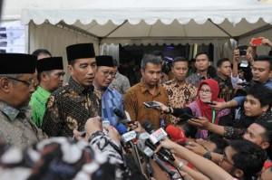 Presiden menjawab pertanyaan wartawan usai menghadiri pembukaan Musyawarah Kerja Nasional I dan Halaqoh Ekonomi Nasional Himpunan Pengusaha Nahdliyin Tahun 2017, di Jagakarsa, Jakarta, Jumat (5/5) . (Foto: Humas/Jay)